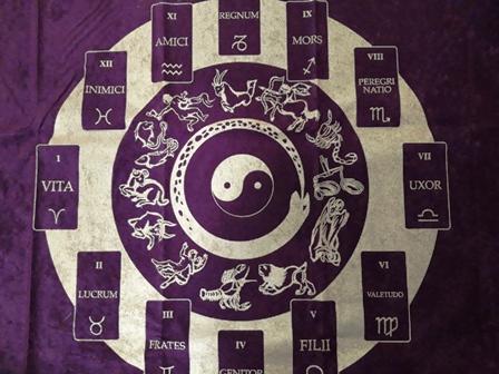 """alt=""""tapete-horoscopo-negro"""""""