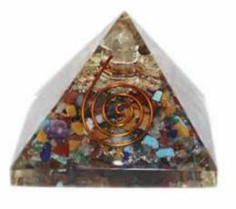 piramide orgonita con cuarzo canalizador
